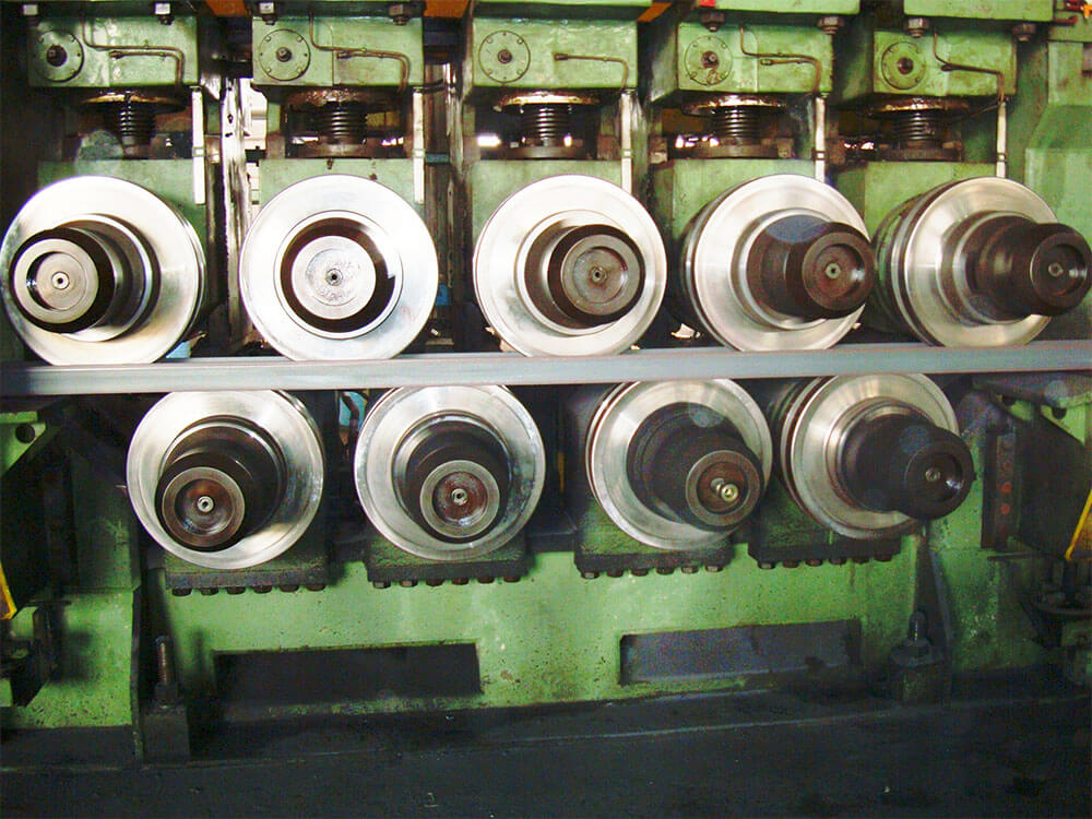 Section straightener hot rolling mill